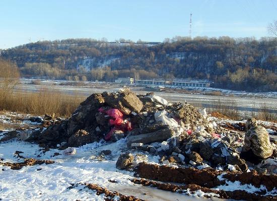 Наберегу Оки унижегородского пивзавода найдена масштабная свалка